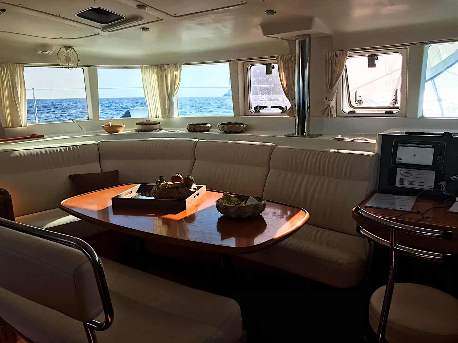 salon-interieur-catamaran-seaven